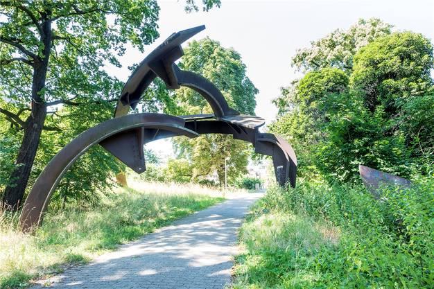 Suters Skulpturen an der Autobahnausfahrt Wiesenstrasse und ...
