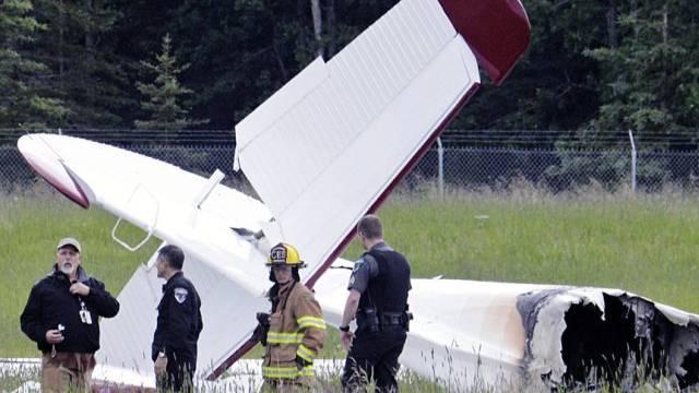 Rettungskräfte beim Wrack des abgestürzten Flugzeugs in Alaska