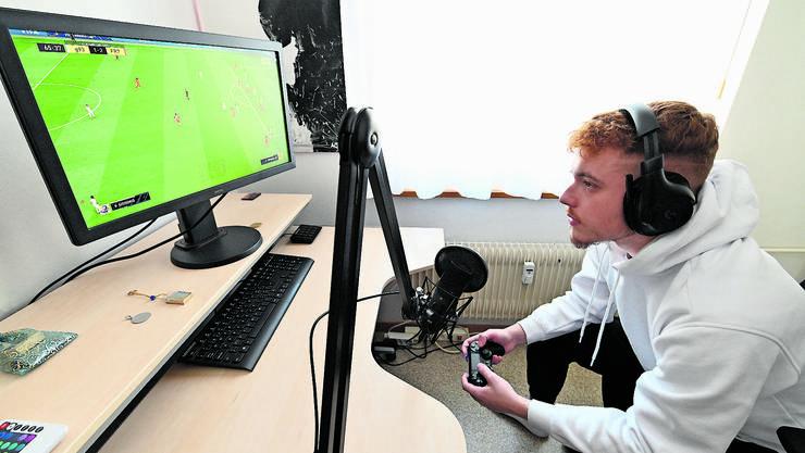 Gentijan Pepshi konzentriert sich auf das Spiel auf dem Computerbildschirm