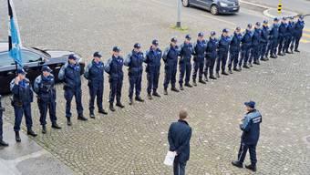 Die Ehrengarde der Kantonspolizei Aargau probt den Staatsbesuch des oesterreichischen Bundeskanzlers Werner Faymann auf dem Platz vor dem Regierungsgebaeude.