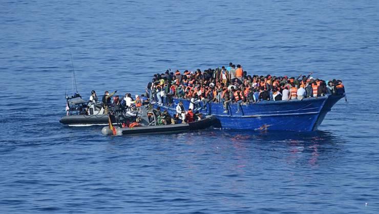 Die spanische Küstenwache an einem Flüchtlingsboot, das von Libyen nach Europa fuhr (Archiv)