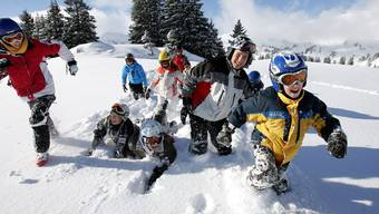 Mit den Klassenkameraden im Schnee: Für Hunderte Kinder geht es bald ins Skilager.