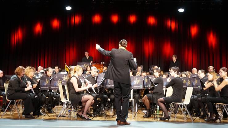 Die über 50 Musikanten des Musikvereins Harmonie Schlieren hielt einige Überraschungen fürs Dietiker Publikum bereit.