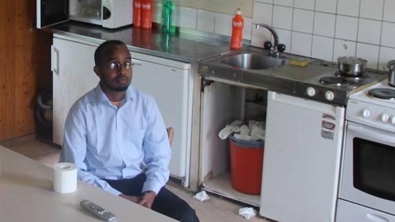 In der Asylunterkunft in Rudolfstetten war kurz nach dem Mittag nur Hassan Ali Ziyad wach. Seine neun Mitbewohner schliefen. Im Frühling 2014 soll die Unterkunft beim Gemeindehaus saniert werden.ROB