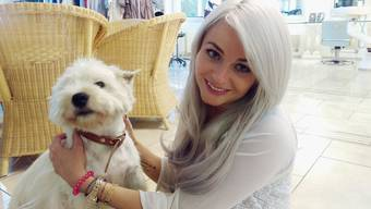 Laura Tschaggelar mit Hund Jamie, der ihr und ihrer Schwester gehört, in ihrem Coiffeursalon.