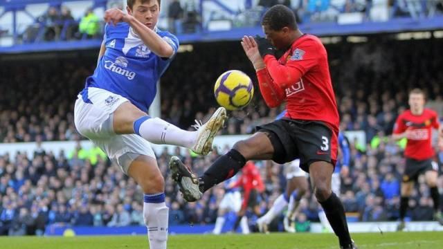 Patrice Evra stellt sich Evertons Dinijar Biljaletdinow in den Weg