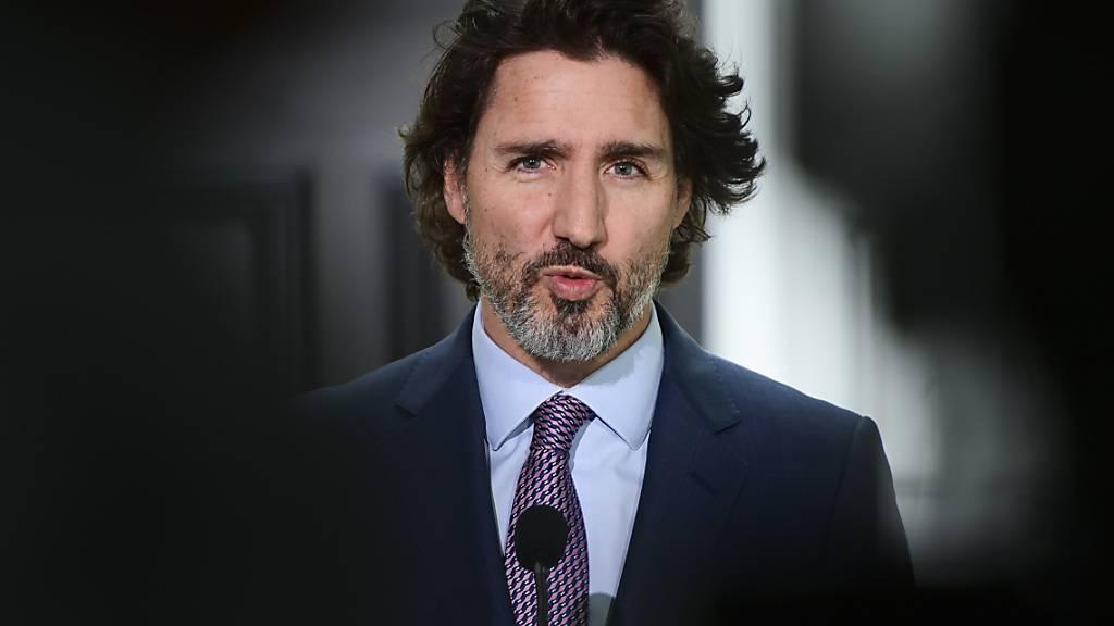 ARCHIV - Der kanadische Premierminister Justin Trudeau hält eine Pressekonferenz in Ottawa. In Anbetracht der gut verlaufenden Impf-Kampagne hat er eine Grenzöffnung für Ausländer in Aussicht gestellt. Foto: Sean Kilpatrick/The Canadian Press/AP/dpa