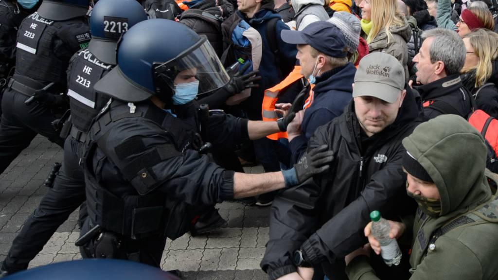 Einsatzkräfte der Polizei sind bei einer Kundgebung unter dem Motto «Freie Bürger Kassel - Grundrechte und Demokratie» im Einsatz. Foto: Swen Pförtner/dpa