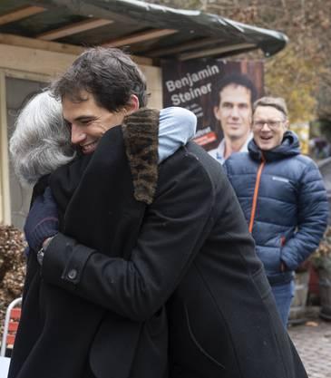 Neu-Stadtrat Benjamin Steiner (Team Baden) wird von seiner Mutter Lis Steiner umarmt.