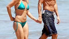 We are happy! Britney Spears mit ihrem Freund auf Hawaii. Glücklicher kann man nicht baden gehen.