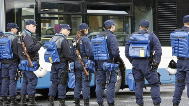 Polizeiaufgebot vor der Luzerner Allmend (Archiv)