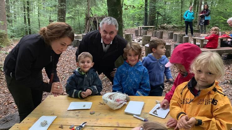 Alex Hürzeler besuchte den Naturkindergarten im Wald.