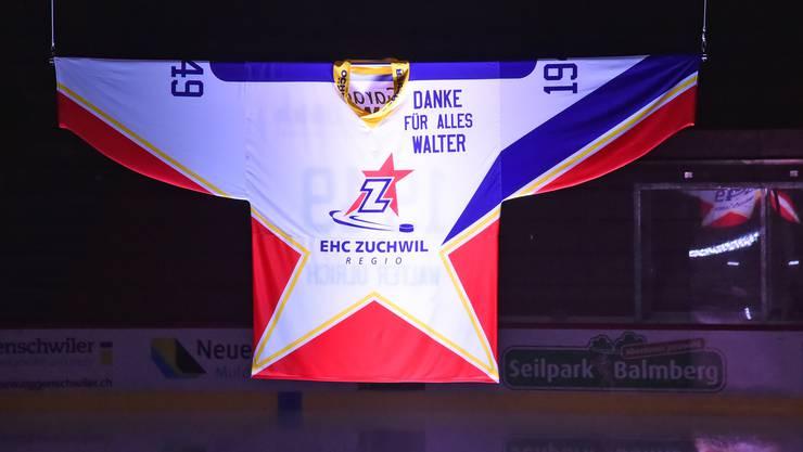 Dieses Trikot in der Eishalle des Sportzentrums Zuchwil erinnert an den Ehrenpräsidenten Walter Ulrich.