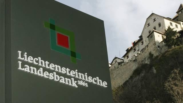 Das Logo der Liechtensteinischen Landesbank unterhalb des Schlosses in Vaduz (Archiv)