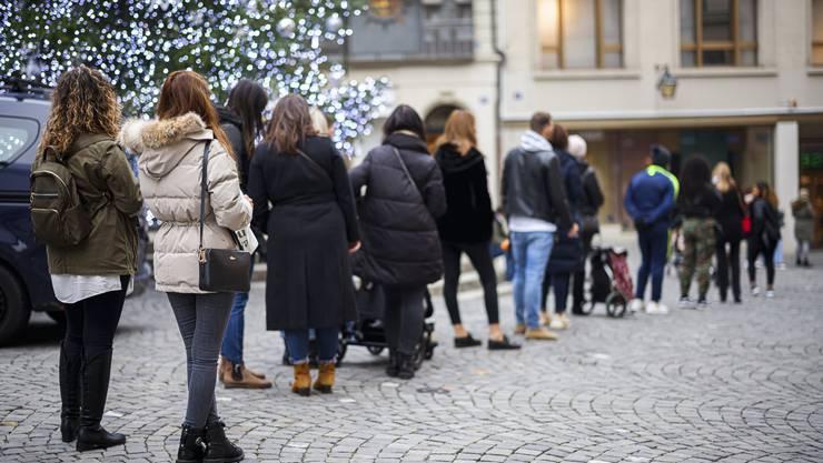 Die Rabattschlacht lief in der Schweiz mehrheitlich gesittet ab: Hier stehen Kunden vor einem Geschäft in Lausanne Schlange.