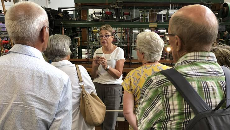 Heidi Käch erklärt dem interessierten Publikum im Ballyana die Grundprinzipien der Bandweberei