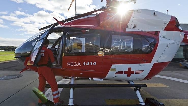 Ein 23-Jähriger ist am Freitagnachmittag mit der Rega in ein Spital geflogen worden, weil er bei einem Sturz von einem Fasnachtswagen in Gommiswald SG schwer verletzt wurde. (Archivbild)