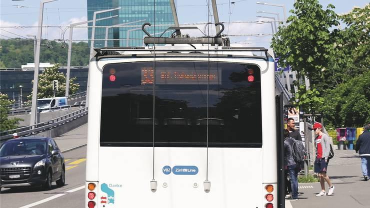 Am Hardplatz lässt der Chauffeur die am Albisriederplatz eingefahrenen «Ruten» automatisch hochfahren: Der Testbetrieb, um Kosten zu sparen, ist erfolgreich.