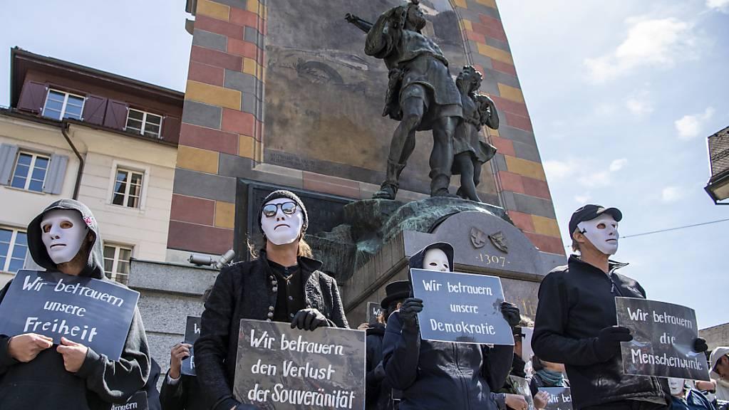 Corona-Skeptiker vor dem Tell Denkmal in Altdorf am 10. April 2021: In Schaffhausen soll es an diesem Wochenende nun doch zu keiner Kundgebung kommen.