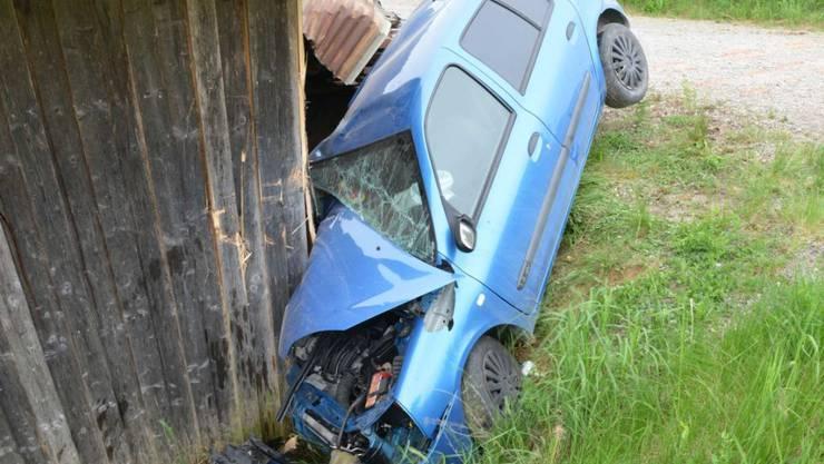 Das Unfallauto wurde beim Crash mit dem Schopf schwer beschädigt.