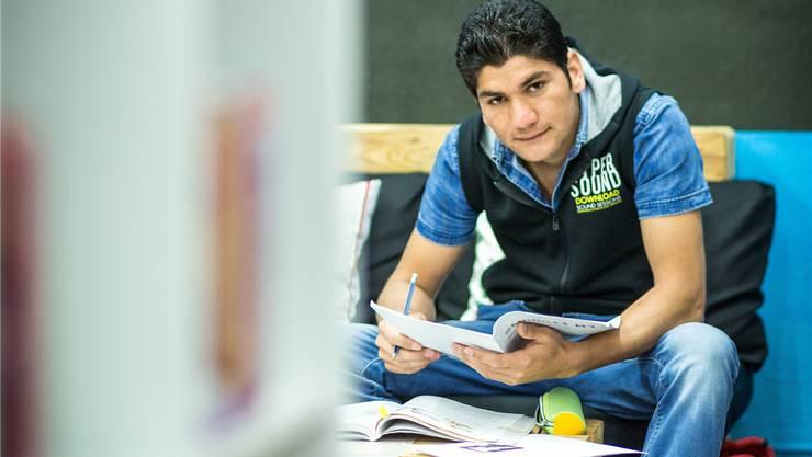 Der 19-jährige Flüchtling Zahedullah Ayazi aus Afghanistan beginnt im August eine Malerlehre in Dättwil. Chris Iseli