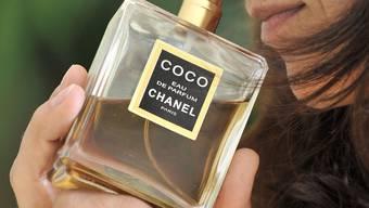 Drei Personen machten sich mit Parfumflakons im Wert von über 20'000 Euro auf den Weg nach Deutschland.