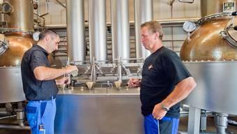 Die Brenner Hans-Jörg Moser (links) und Beat Humbel machen dieses Jahr 600 Tonnen Brennkirschen ein.emanuel freudiger