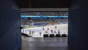 Wegen der Zunahme des Coronavirus in der Schweiz wird auch dieses Spiel ohne Zuschauer gespielt, anlaesslich des Eishockey Meisterschaftsspiel in der Qualifikation der National League zwischen dem EV Zug und den SC Langnau Tigers vom Freitag, 28. Februar 2020 in Zug. (KEYSTONE/Urs Flueeler)