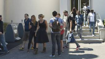 """Angestellte des """"sleep-in"""" und Migranten verlassen nach dem Treffen mit den Behörden vom Montag den Gemeindesaal von Renens VD."""