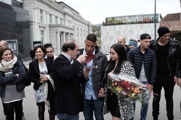 Sportchef Ponte überreicht den Brautleuten einen grossen Blumenstrauss und ein Couvert der ganzen Mannschaft.