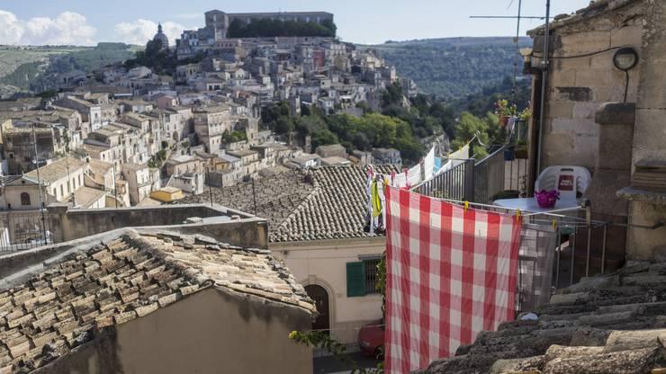 Blick auf die historische Stadt Ragusa Ibla im Süden von Sizilien, Italien. Ragusa ist eine der spaetbarocken Städte Südsiziliens die zum UNESCO-Welterbe gehören.