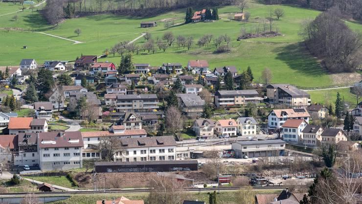 Die Industriebrache Kohler-Areal liegt mitten in Läufelfingen zwischen Bahngleisen im Vordergrund und Hauptstrasse in der Bildmitte.