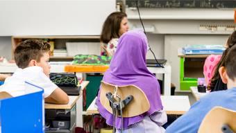 Im Gegensatz zu den Lehrerinnen dürfen Mädchen aus religiösen Gründen im Unterricht ein Kopftuch tragen, wie es diese Realschülerin in Untersiggenthal tut; der Grosse Rat hat ein Kopftuchverbot abgelehnt.
