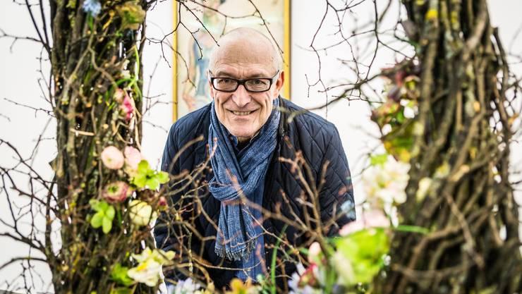 Blumen für die Kunst im Aargauer Kunsthaus in Arau. Im Bild ist Roger Morand.