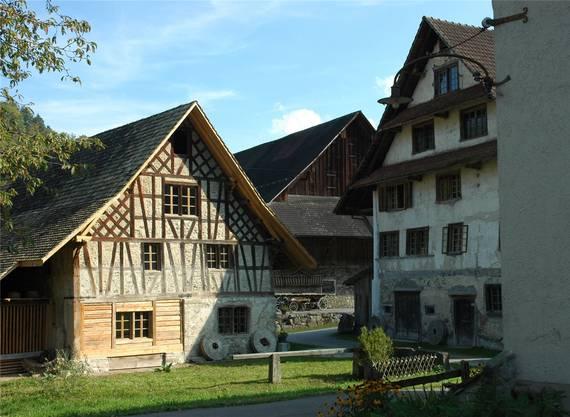 Aumüli: Rechts das Hauptgebäude, links ein Nebengebäude mit Schnapsbrennerei, hinten die Scheune.