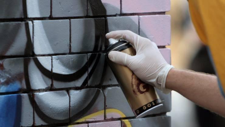 In der Nacht auf Sonntag konnte die Polizei in der Schöngrünstrasse mehrere Sprayer stellen. (Symbolbild)