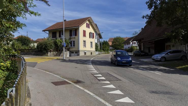 Die Hauptstrasse, hier bei der Einbiegung Rüttimattstrasse, soll für Fahrzeuge und Fussgänger sicherer werden.