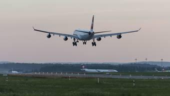 Der Urlaub mit dem Flugzeug könnte bald teurer werden. (Symbolbild)