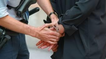 Die Polizei konnte zwei Schweizer festnehmen, die in der Nacht auf Mittwoch einen anderen Mann überfallen haben.  (Symolbild)