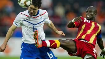 Mit gestrecktem Bein versucht Ghanas Appiah Holands Mark van Bommel zu stoppen