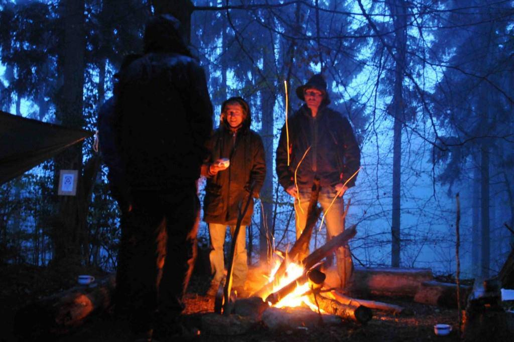 Während eines Wochenendes oder einer ganzen Woche schlafen die Teilnehmer unter freiem Himmel. (© swiss-survival-training.com)
