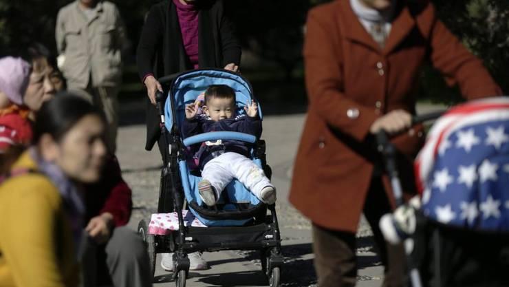 Seit 2016 dürfen chinesische Paare bis zu zwei Kinder haben. Die Regierung sieht derzeit keinen Anlass, ihre Familienpolitik weiter zu lockern.