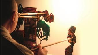 Hinter der Leinwand erweckt der Künstler die Figuren zum Leben. zvg