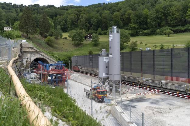 Ein SBB Cargo-Zug wird mit überschüssigem Tunnelausbruchmaterial vom Neubau des Bözbergtunnels für den Transport nach Wildegg beladen.