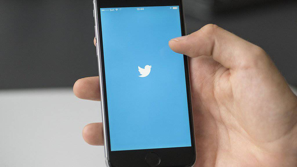 Der Kurznachrichtendienst Twitter will sich im Kampf gegen Mobbing und Hassreden nicht mehr länger nur auf Beschwerden von Nutzern verlassen. Stattdessen will er selbst missbräuchliches Verhalten aufdecken.