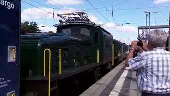 """Eigentlich sollte die Krokodil-Loki die grosse Attraktion am Jubiläum """"100 Jahre elektrische Züge"""" in Schweden sein. Doch schon in Deutschland werden ihr die Strapazen zuviel."""