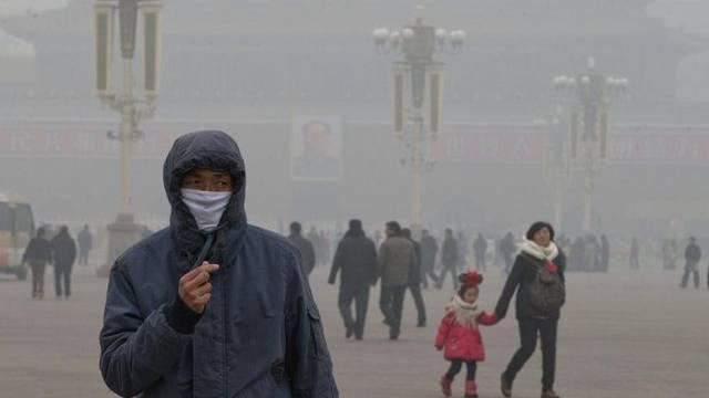 Peking, Tiananmen-Platz: Zahlreiche Hauptstadtbewohner tragen wegen des Smogs Mundschutz