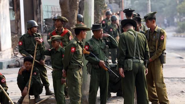 Burmesische Sicherheitskräfte in der Stadt Meiktila