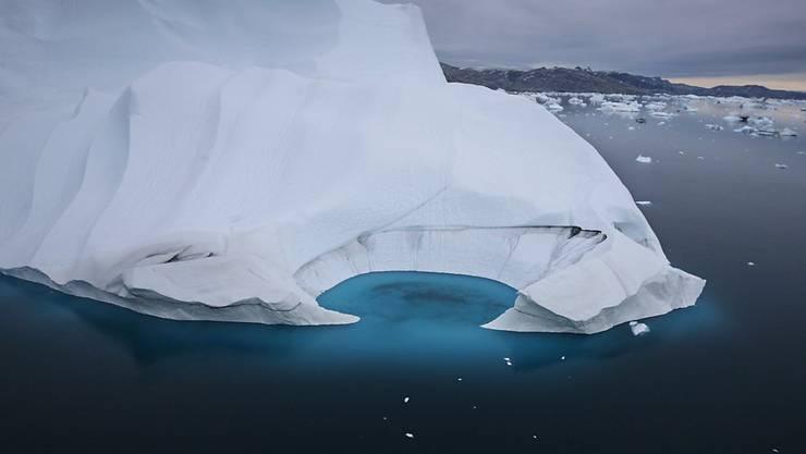 Die Erderwärmung hat das Eis vor der Küste von Ammasalik in Grönland schmelzen lassen. (Archivbild)