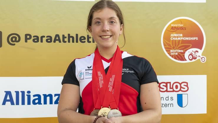 Präsentiert stolz ihre in Nottwil gewonnenen Medaillen: Licia Mussinelli aus Derendingen.